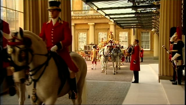 Queen meets Mexican President at Buckingham Palace ENGLAND London Buckingham Palace EXT Royal footmen waiting Royal carriage along and stops at...