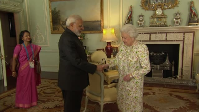 vídeos de stock, filmes e b-roll de queen meets modi and trudeau ahead of commonwealth heads of government meeting england london buckingham palace int queen elizabeth ii meeting with... - 2018