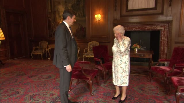 queen meets nicola sturgeon at palace of holyroodhouse; scotland: edinburgh: holyroodhouse: int ken macintosh into room and meeting queen elizabeth... - palats bildbanksvideor och videomaterial från bakom kulisserna