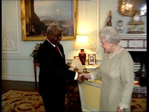 vídeos de stock, filmes e b-roll de queen meets president of mozambique at buckingham palace england london buckingham palace photograhy *** armando guebuza entering room and along to... - 2006