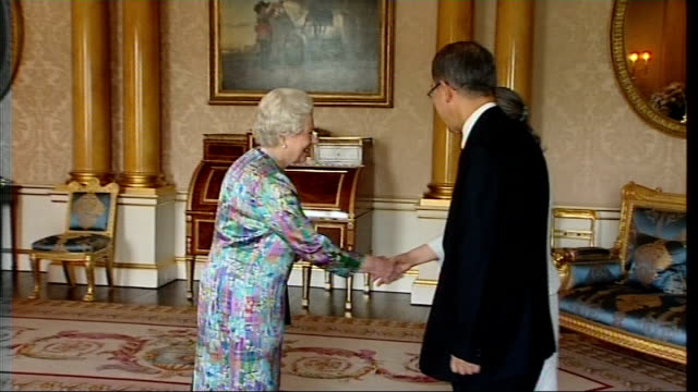 vídeos de stock, filmes e b-roll de queen meets un secretary general ban kimoon england london buckingham palace int united nations secretary general ban kimoon and his wife yoo... - 2008