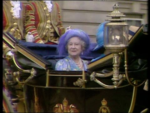 queen mother and princess margaret leave buckingham palace in horse drawn carriage royal wedding of prince andrew and sarah ferguson 23 jul 86 - principessa margaret contessa di snowdon video stock e b–roll