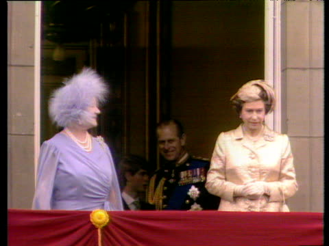 queen mother and queen elizabeth ii walk out onto balcony of buckingham palace to celebrate queen mother's 80th birthday london 15 jul 80 - balkon stock-videos und b-roll-filmmaterial