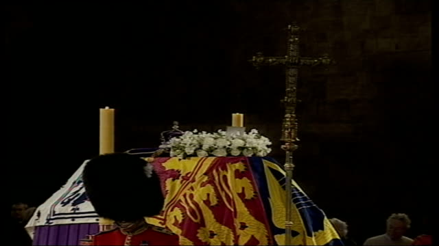 coffin lying in state england london westminster hall cs cross on coffin pull back coffin guards surrounding coffin and people walking by either side... - umgeben stock-videos und b-roll-filmmaterial