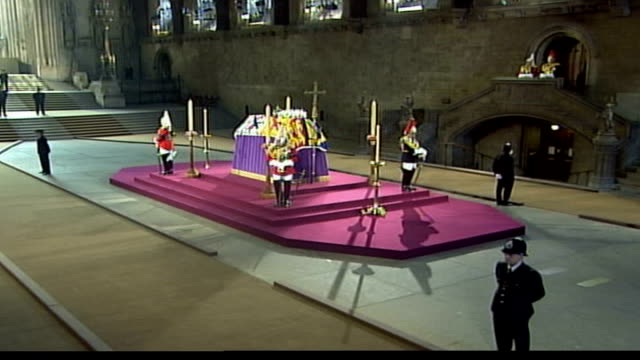 coffin lying in state in westminster hall; england: london: westminster palace: westminster hall: int lms coffin of queen elizabeth, the queen mother... - 正装安置点の映像素材/bロール