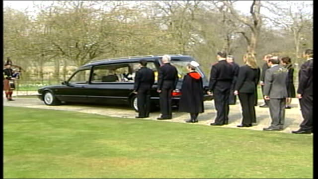 vídeos y material grabado en eventos de stock de coffin moved to london england berkshire windsor royal chapel of all saints ext piper standing in front of herse / hearse moves off led by lone piper... - berkshire inglaterra