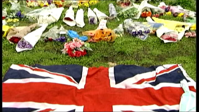 coffin moved to london england london st james's palace ext floral tributes laid out on grass as people stand behind barriers looking at flowers la... - monumento commemorativo temporaneo video stock e b–roll