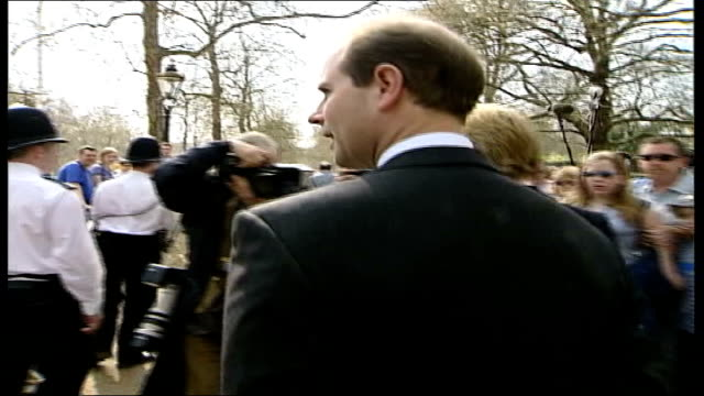 earl and countess of wessex walkabout england london st james' palace ms sophie countess of wessex along bv sophie and prince edward along past... - umgeben stock-videos und b-roll-filmmaterial