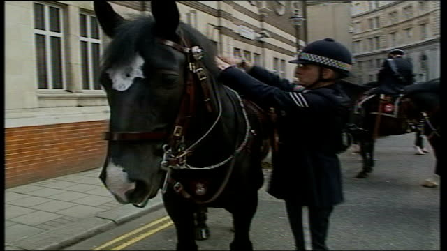 mounted police preparations england ext police on horse back out of stable onto to street - queen dowager bildbanksvideor och videomaterial från bakom kulisserna