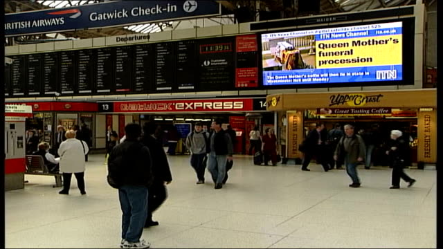tributes across uk england london victoria train station people stood on railway concourse watching maiden screen with itn news channel broadcasting... - queen dowager bildbanksvideor och videomaterial från bakom kulisserna