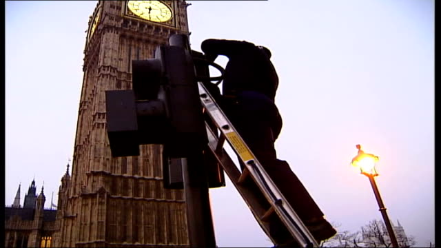 westminster security preparations england london palace of westminster police checking final security measures at traffic lights across from big ben... - queen dowager bildbanksvideor och videomaterial från bakom kulisserna