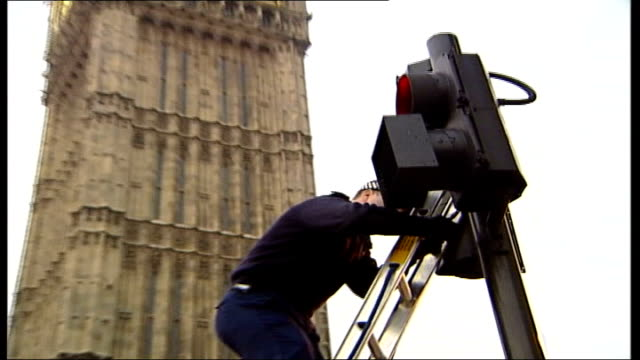 westminster security preparations england london palace of westminster ms police checking final security measures at traffic lights across from big... - queen dowager bildbanksvideor och videomaterial från bakom kulisserna