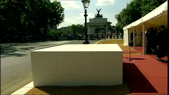 queen steps in to lay foundation stone bbc pool england london constitution hill ext cs commemorative foundation stone at memorial for commonwealth... - elizabeth ii stock videos & royalty-free footage