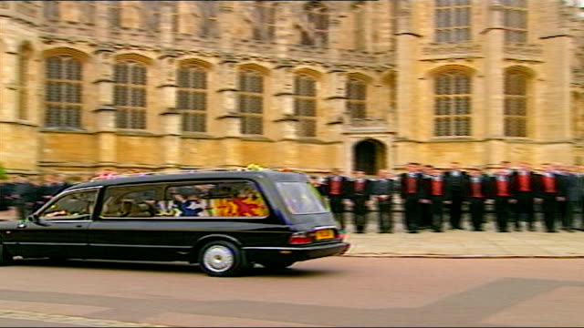 1325 1430 england berkshire windsor civic dignitaries bowing as cortege away thru king henry viii gate coffin in back of hearse as along past... - sea grass plant stock videos & royalty-free footage
