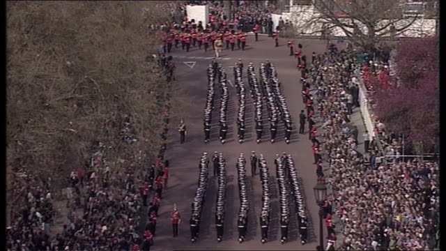 queen mother lying in state special: 11.00 - 12.00:; england: london: bv coffin away tgv procession towards tgv lines sailors marching tls coffin... - 正装安置点の映像素材/bロール