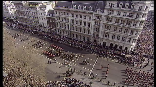 queen mother lying in state special: 11.00 - 12.00:; england: london: bv procession away crowd in parliament square and guard of honour standing tgv... - 正装安置点の映像素材/bロール