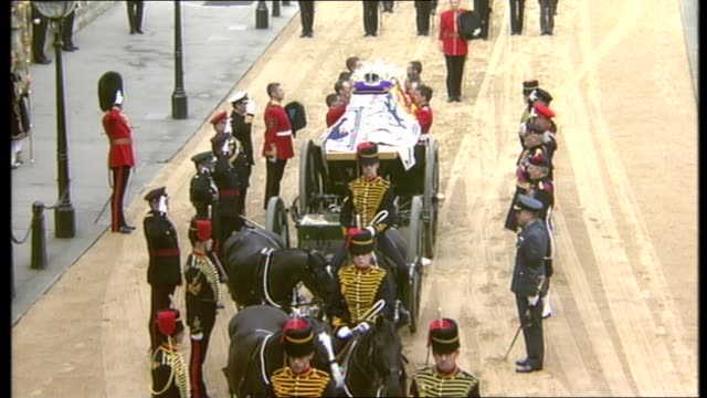 queen mother lying in state special: 11.00 - 12.00:; england: london: westminster hall: tms coffin stationary and coffin taken from gun carriage - 正装安置点の映像素材/bロール