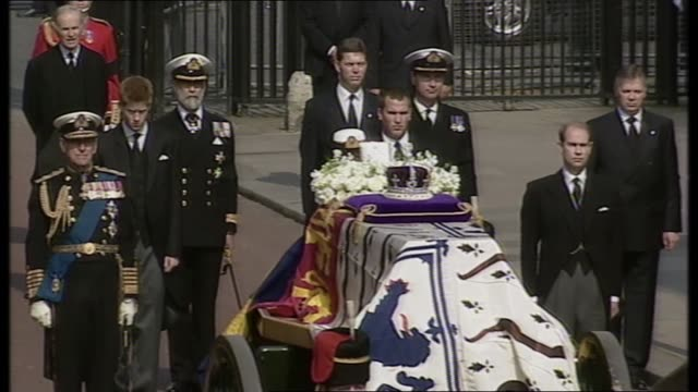 queen mother lying in state special: 11.00 - 12.00:; england: london: tms royals standing behind gun carriage gun carriage, coffin and horses royal... - 正装安置点の映像素材/bロール
