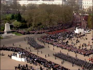 vídeos y material grabado en eventos de stock de procession / lying in state; uk, london, westminster, westminster hall; coffin of queen elizabeth, the queen mother through london on a gun carriage... - royal marines