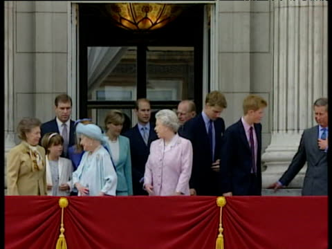 queen mother queen prince philip princess margaret prince charles prince andrew prince edward prince william prince harry princess beatrice princess... - principessa margaret contessa di snowdon video stock e b–roll