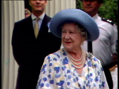 queen mother smiling and waving at unseen crowds 88th birthday celebrations clarence house 04 aug 88 - エリザベス・ボーズ=ライアン点の映像素材/bロール