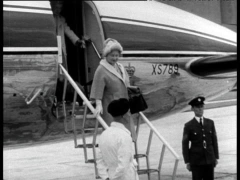 queen mother steps of plane at aberdeen airport and shakes hands with officials; 18 aug 67 - aberdeen schottland stock-videos und b-roll-filmmaterial
