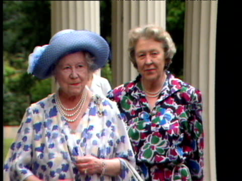 queen mother walking towards camera smiling and waving at her 88th birthday celebrations clarence house 04 aug 88 - エリザベス・ボーズ=ライアン点の映像素材/bロール