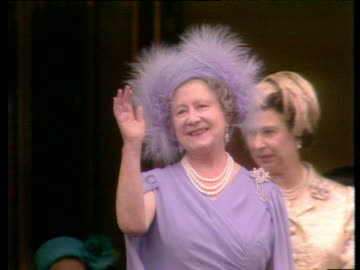 vidéos et rushes de queen mother waves as crowds cheer during her 80th birthday celebrations princess margaret and queen elizabeth ii in background london; 15 jul 80 - chapeau