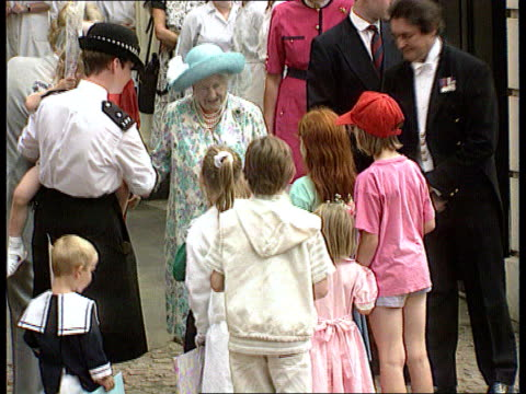 queen mother's birthday; c4n: engalnd: london clarence house bv children bringing queen mother flowers tms quenn mother accepting them cms ditto tms... - エリザベス・ボーズ=ライアン点の映像素材/bロール