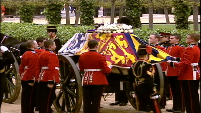queen mother's funeral: arrivals and pall bearers carrying coffin; empty gun carriage waiting outside westminster hall / sophie countess of wessex... - エリザベス・ボーズ=ライアン点の映像素材/bロール
