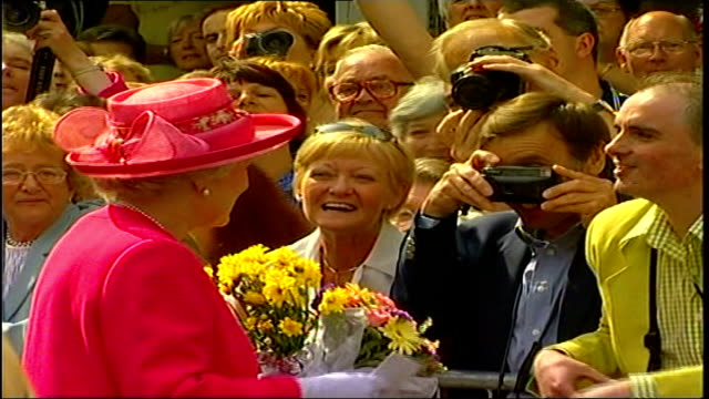 queen on walkabout in berwickupontweed bbc pool northumberland berwickupontweed queen along high street on walkabout and receives bouquets from... - composizione di fiori video stock e b–roll