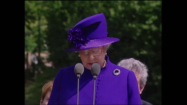 queen opens diana memorial fountain:; england: london: hyde park: ext diana memorial fountain opening ceremony part 5 of 14 people on platform sit -... - celebratory event stock videos & royalty-free footage