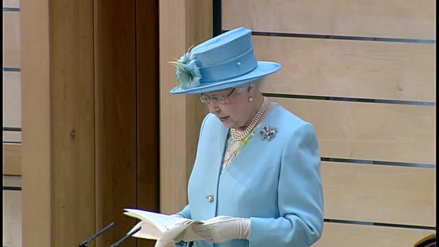 vídeos y material grabado en eventos de stock de queen opens new session of the scottish parliament; queen elizabeth ii speech sot - talks of the scottish parliament coming of age - new age