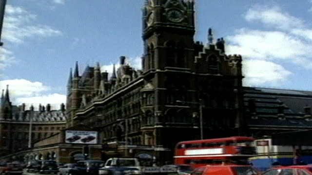 queen opens new st pancras station and channel tunnel rail link london st pancras station with busy traffic along outside end - kettenglied stock-videos und b-roll-filmmaterial