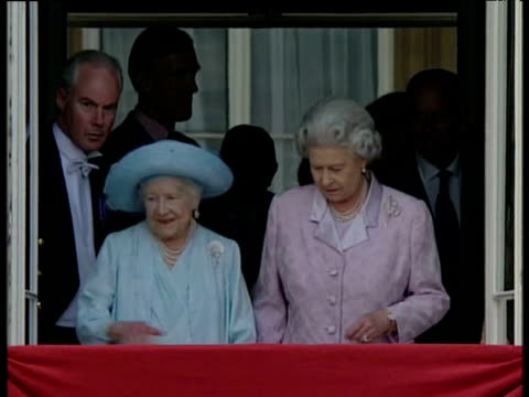 stockvideo's en b-roll-footage met queen queen mother and princess margaret step out onto balcony of buckingham palace queen mother's 100th birthday 04 aug 00 - prinses margaret windsor gravin van snowdon