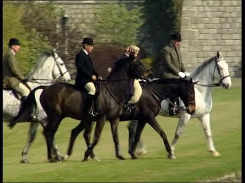 vidéos et rushes de queen riding horse along castle grounds pool berks windsor castle ext the queen riding horse lr with three others as riding in castle grounds... - terrain d'agrément