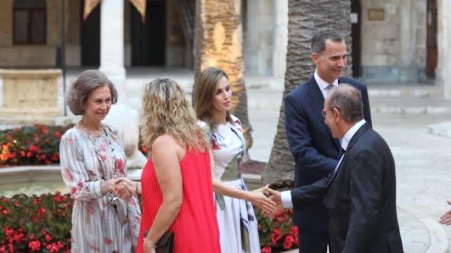 vídeos y material grabado en eventos de stock de queen sofia queen letizia of spain and king felipe vi of spain attend a official reception at the almudaina palace - reina persona de la realeza