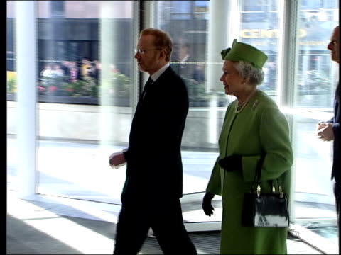 stockvideo's en b-roll-footage met queen spends day with broadcasters; itn england: london: gir: int itn chairman mark wood into itn hq with queen elizabeth ii and prince philip as... - voorzitter