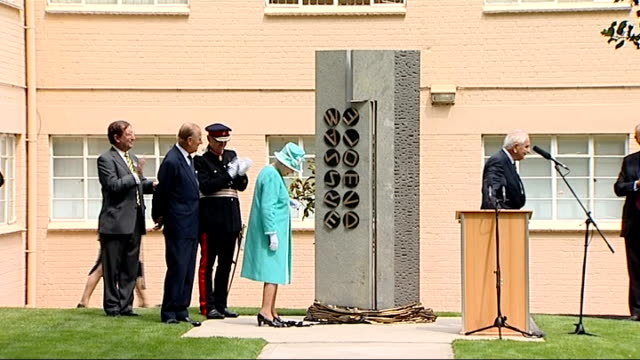 vidéos et rushes de queen unveils memorial to bletchley park codebreakers; england: buckinghamshire: bletchley park: ext queen elizabeth ii unveiling memorial to the... - casser les codes