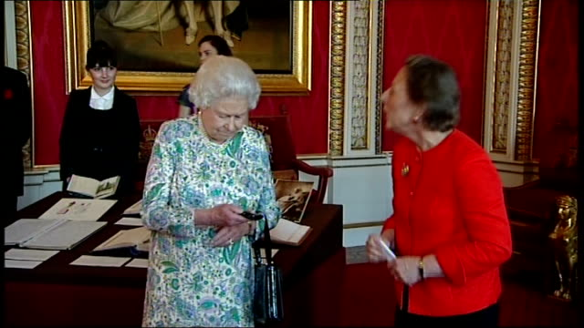 queen victoria's diary available on the internet; england: london: buckingham palace: int queen elizabeth presses remote control device to display... - remote location bildbanksvideor och videomaterial från bakom kulisserna