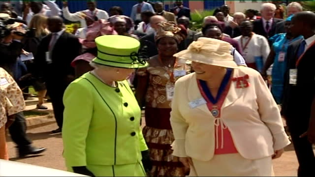 queen visits aids patients in uganda queen along with entourage as talking to unidentified woman - 女性患者点の映像素材/bロール