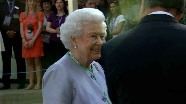 queen visits chelsea flower show england london chelsea photography*** queen elizabeth ii along and meeting alan titchmarsh queen meeting people at... - alan titchmarsh stock-videos und b-roll-filmmaterial