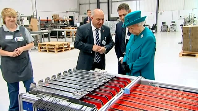 vídeos de stock, filmes e b-roll de queen visits international security printers in wolverhampton; queen along / philip being shown large rolls of stamps / queen being shown processing... - ouro metal
