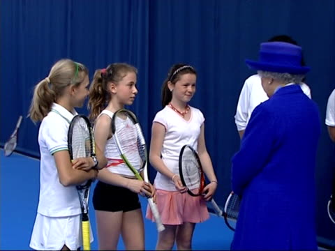 stockvideo's en b-roll-footage met queen visits national tennis centre; int queen meets rusedski again, and is introduced to young female tennis players plus some young and old... - atlete