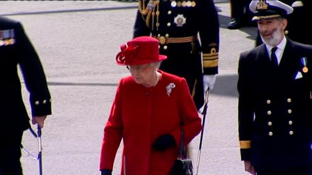 vídeos de stock e filmes b-roll de queen visits royal naval college at dartmouth parade reordering / queen talking to bandmaster / queen inspecting officers - dartmouth