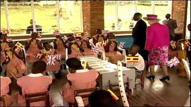 vidéos et rushes de queen visits school; uganda: kampala: kitante school: int queen elizabeth ii walking round primary school during visit as children play instruments... - kampala