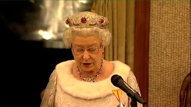 vidéos et rushes de queen visits slovenia and wears recycled dress queen elizabeth ii speech sot while cooperation between our governments is invaluable we are also... - s'impliquer à fond