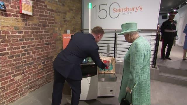 vídeos de stock e filmes b-roll de queen visits supermarket to mark 150th birthday of sainsbury's england london covent garden photography** queen elizabeth meeting people in retro... - sainsburys