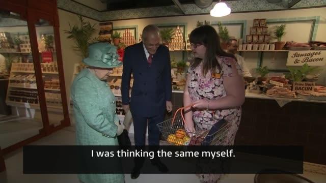 vídeos de stock e filmes b-roll de queen visits supermarket to mark 150th birthday of sainsbury's england london covent garden int queen elizabeth ii speaking with martin scicluna and... - sainsburys