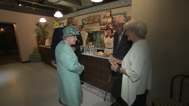 Queen visits supermarket to mark 150th birthday of Sainsbury's ENGLAND London Covent Garden PHOTOGRAPHY** Queen Elizabeth II speaking to woman about...